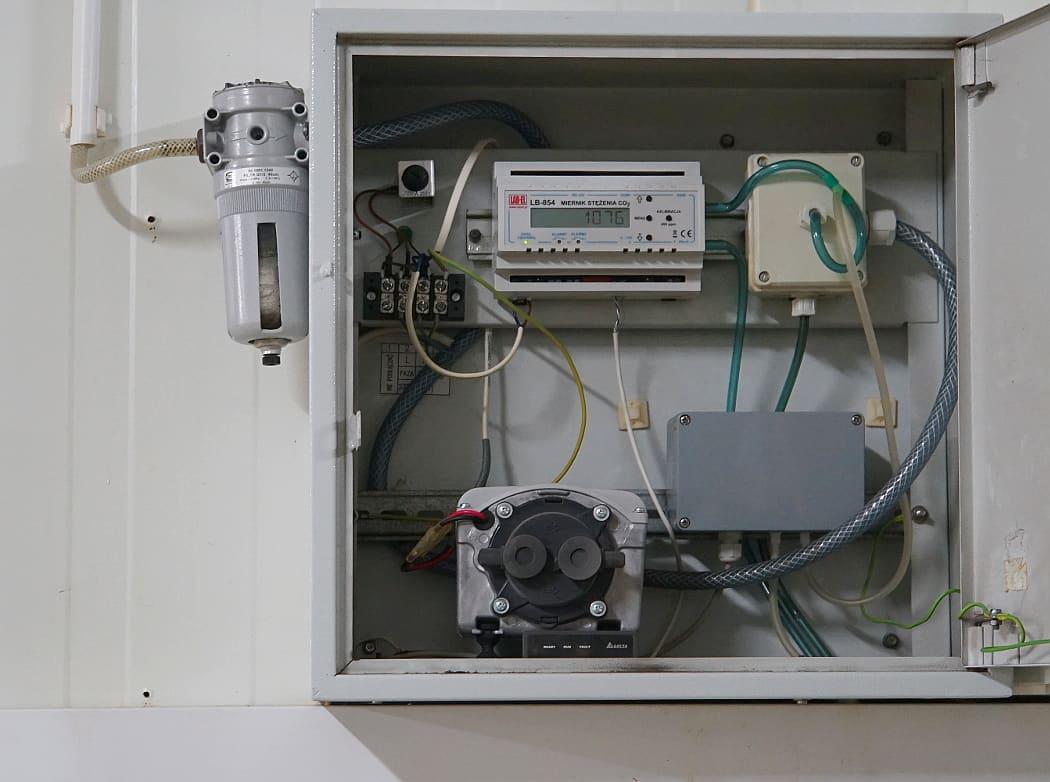 Skrzynka z zestawem pomiaru CO2 zainstalowana w pieczarkarni
